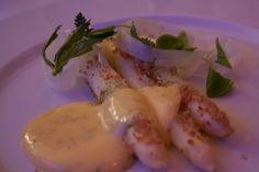 Asparges, granuleret skagen skinke og hollandaise med gran.    Fra En aften med Kokkelandsholdet.