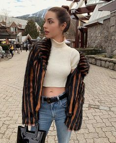 Picture of Adelaide Kane Celebrity Travel, Celebrity Style, Adelaide Kane Instagram, Once Upon A Time, Adelaine Kane, Mary Stuart, Outfit Look, Celebs, Celebrities