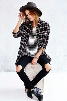Polera con rayas blanca y negra + blusa cuadrille blanca y negra + leggins y botines negros