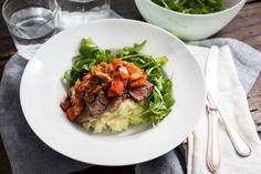Koken met aanbiedingen: biefstuk stroganoff met aardappelpuree en rucola - Culy.nl