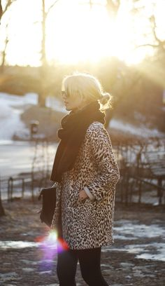 I have a leopard jacket & black scarf. now for the perfect black clutch. All About Fashion, I Love Fashion, Passion For Fashion, Fur Fashion, Leopard Coat, Leopard Scarf, Vogue, Mein Style, Looks Street Style