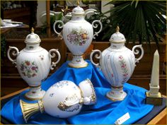 Hungarikumok - Hollóházi porcelán. Hungary Tea Parties, Hot Chocolate, Jar, Dishes, Ornaments, Coffee, Home Decor, Kaffee, Crockpot Hot Chocolate