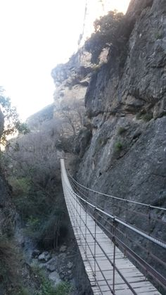 Hængebro i Monachil Starten på den mest eventyrlige vandrerute i det smukkeste klippelandskab ved Los Cahorros! #monachil #granada #cahorros
