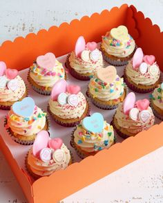 Buttercream drip cakes are a great choice for any celebration. Choose from a chocolate or floral design or pick a theme you like for a personal touch. Valentines Day Deserts, Valentines Baking, Valentine Day Cupcakes, Kid Cupcakes, Sweet Cupcakes, Floral Cupcakes, Macroon Cake, Love Heart Sweets, Occasion Cakes
