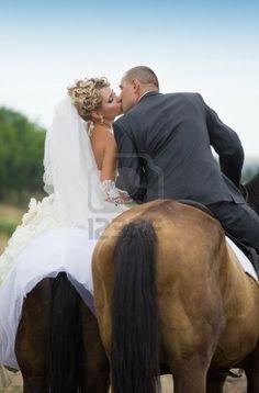 Sposa e sposo in foresta, i cavalli ei baci