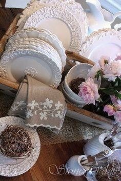 StoneGable: Farm Table Buffet - An antique wooden tool box is perfect for corralling dishes. Vintage Plates, Vintage Dishes, Vintage China, Vintage Tableware, Vintage Box, White Dishes, White Plates, Deco Table, Cottage Style