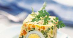 Cette recette de terrine végétarienne est parfaite! Servie froide en entrée avec une bonne salade verte, elle régalera toute la tablée. Vous pouvez la réaliser avec de la macédoine surgelée ou en boite de conserve pour une recette plus facile et surtout plus rapide.