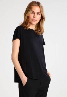 Holzweiler. MEREDITH - T-shirts - black. Ermelengde:Korte ermer. Lengde:normal lengde. Totallengde:62 cm i størrelse S. Overmateriale:95% modal, 5% elastan. Mønster:ensfarget. Materiale:jersey. Passform:vid. Hals/utringning:rund hals. Mod... T Shirts, Printed Shirts, V Neck, Black, Women, Fashion, Tee Shirts, Moda, Black People