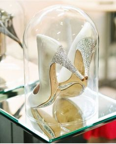 This would make not only a great centrepiece for one of your tables if you have a Cinderella theme for example but you can also preserve your wedding shoes and display them like so