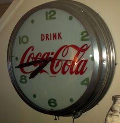 1950's Movie theatre Coca Cola lighted clock. Coca Cola Light, Coca Cola Ad, World Of Coca Cola, Pepsi, Vintage Coke, Vintage Stuff, Coca Cola Kitchen, Cool Clocks, Antique Signs