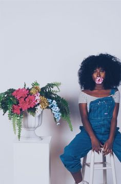Afro hair is typically associated with natural curls that have a thick, frizzy texture. Such a distinctive type of hair might seem hard to manage, but this has not stopped African beauties from spo… Natural Hair Inspiration, Mode Inspiration, Curly Hair Styles, Natural Hair Styles, Pelo Afro, Pelo Natural, Foto Art, Black Girl Aesthetic, Foto Pose