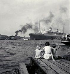 The ship MS Nieuw Amsterdam sails into port, Rotterdam 1957, 1957, Carel Blazer. Dutch (1911 - 1980)