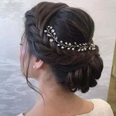 There is something simply very appealing and alluring about Indian brides and their dazzling hair extensions volumizer for hairstyle Hairstyles For Gowns, Open Hairstyles, Bun Hairstyles For Long Hair, Braided Hairstyles For Wedding, Hairstyle For Indian Wedding, Indian Bride Hair, Hairstyle For Long Hair, Indian Hairstyles For Saree, New Bridal Hairstyle