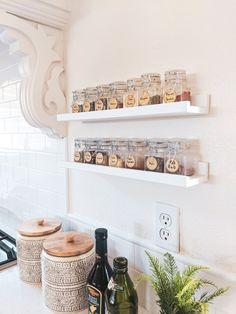 Spice Rack Pantry, Wall Spice Rack, Diy Spice Rack, Kitchen Spice Racks, Spice Storage, Spice Rack Organization, Spice Shelf, Wood Home Decor, Home Decor Kitchen