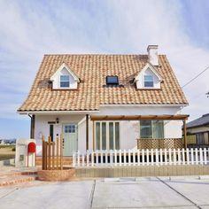 とんがり屋根と煙突がある家 - かわいい家photo Japan Modern House, House Front Porch, Japanese House, Small House Plans, Cozy House, My Dream Home, Future House, House Design, House Styles