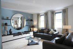 Wohnzimmer Wand Blau hell schwarze Möbel Wandregal
