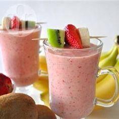Voor 2 personen: halve banaan, 6 aardbeien, 1 kiwi, 100 gr yoghurt of caloriearm vanille-ijs, 80 ml ananassap, 100 ml sinaasappelsap.