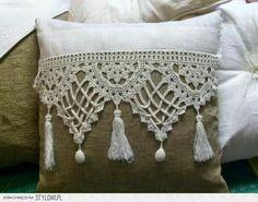 almohadón arpillera y crochet - el taller de jazmin. Lots of lovely ideas with crochet for pillows Crochet Cushions, Sewing Pillows, Crochet Pillow, Diy Pillows, Crochet Doilies, Decorative Pillows, Throw Pillows, Lace Doilies, Lumbar Pillow
