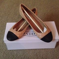 NEW Nude w/Black Round Toe Quilted Flats Never been worn comes with original box Steve Madden Shoes Flats & Loafers