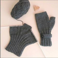gloves made from socks Strickhandschuhe Modelle - rg Teknikleri # Hausschuhe stricken # Hausschuhe . Loom Knitting, Knitting Stitches, Knitting Designs, Knitting Socks, Baby Knitting, Knitting Patterns, Fingerless Gloves Knitted, Knitted Slippers, Knit Mittens