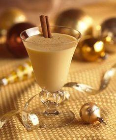 Classic Holiday Eggnog – à la carte kitchen Christmas Drinks, Holiday Drinks, Holiday Recipes, What's Christmas, Christmas Colors, Holiday Treats, Ponche Navideno, Venezuelan Food, Blackberry Syrup