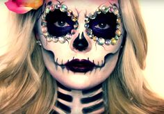 Halloween is one of the best holidays. The costumes, decorations, makeup makes it all worth it. Here are 33 simple sugar skull makeup looks to inspire you. Candy Skull Makeup, Makeup Clown, Dead Makeup, Candy Skulls, Costume Makeup, Sugar Skulls, Sugar Skull Face Paint, Makeup Kit, Makeup Ideas
