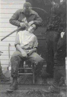 Leñadores se afeitan con un hacha - 1930