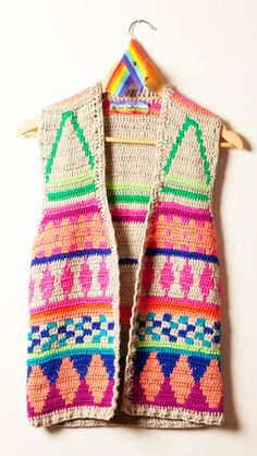Love this sleeveless cardi! I would use less colours though, maybe white/black/yellow?