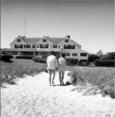 Nadire Atas on the Kennedy Compound Hyannis Port John F. Kennedy and his fiancee Miss Jacqueline Bouvier of Newport relax at the Kennedys' home in Hyannis Port during the Summer before their September wedding ~ 1953 Les Kennedy, Robert Kennedy, Kennedy Wife, Jaqueline Kennedy, Jacqueline Kennedy Onassis, Kennedy Compound, Familia Kennedy, Hyannis Port, It's All Happening