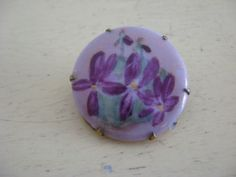 VINTAGE-PORCELAIN-HAND-PAINTED-BROOCH-PIN-VIOLETS