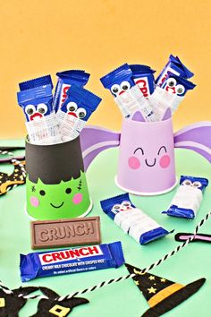 Mummify your favorite CRUNCH Bar and create spooky cute DIY Treat Cups. Grab bandages, colored cups, paper, glue, markers, scissors, googly eyes and Fun Size CRUNCH Bars. First wrap a few Fun Size CRUNCH Bars in bandages and glue the eyes on them. Then grab a colored cup and colored paper. Cut out the bottom of your cup. Trace the cup top onto paper, cut it out, and glue it inside the cup. Decorate the cup by drawing a face or cut out hair). Add your mummified Fun Size CRUNCH Bars and enjoy! Halloween Candy Bar, Cute Halloween Treats, Spooky Treats, Halloween Chocolate, Fall Halloween, Halloween Ideas, Halloween Crafts, Halloween Party, Marker Crafts