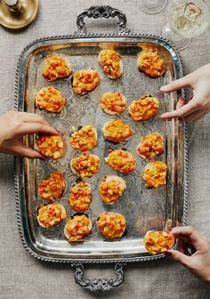 Croutons au gratin with shrimps & cheddar – www. Tapas Recipes, Chef Recipes, Cooking Recipes, Shrimp Recipes, Vegan Appetizers, Appetizer Recipes, Healthy Crockpot Recipes, Healthy Dinner Recipes, Confort Food
