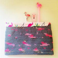 "Alex from Vienna auf Instagram: ""💕 Flamingos #crochet #crocheting #crochetlove #crochetaddict #crochetastherapy #craftastherapy #crochetgirlgang #instacrochet…"" Crochet Crafts, Knit Crochet, Handmade Clutch, Crochet Clutch, Tapestry Crochet, Girl Gang, Vienna, Etsy Store, Flamingo"