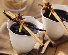 Recette de vin chaud aux épices - Ingrédients pour la recette de vin chaud aux épices : Du vin rouge, du sucre, de la cannelle, du gingembre, de la noix de muscade, une gousse de vanille.