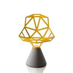 Os origamis, derivados da cultura japonesa, serviram de inspiração para a estrutura da cadeira One, da Magis. A peça ainda conta com o toque moderno da base de concreto. Veja mais clicando na imagem. | Novo Ambiente