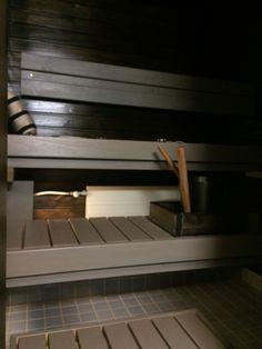 Sauna Supi-saunavahalla. Seinissä Hiili (2krt) ja lauteissa Harmaa (2krt).