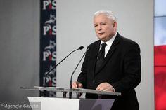 Swoją drogą to zabawne - Kaczyński kierował tygodnikiem, ale czy ktoś pamięta jakiś jego tekst? Jakikolwiek - wstępniak, felieton, artykuł programowy? Nie domagam się, by było to coś rangi porównywalnej z publicystyką Adama Michnika, lecz w ogóle cokolwiek. Czy redaktor Kaczyński kiedyś coś napisał? Ja niczego nie pamiętam, ale oczywiście mogę się mylić.  Cały tekst: http://wyborcza.pl/1,75968,19544537,redaktor-kaczynski-porzadkuje-media.html#ixzz3yWLGE53p