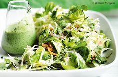 Fruchtiger grüner Salat mit knusprigem Speck und Buttermilchdressing