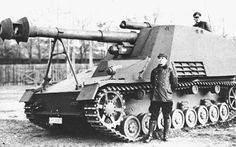 III / IV tank chassis use firearm fire hammer prototype car. Equipped with a large muzzle brake (muzzle withdrawal unit) not in mass-produced vehicles. Hummel means bumblebee. Ww2 Photos, Photos Du, Cool Photos, Interesting Photos, Self Propelled Artillery, Germany Ww2, Panzer Iv, Tank Destroyer, Ww2 Tanks