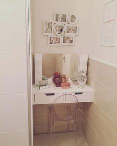Cantinho de beleza da @danifrangella! Penteadeira de madeira! Cantinho de maquiagem <3 My Room, Girl Room, Girl Bathrooms, Small Vanity, Build A Closet, Vanity Room, Minimalist Home Decor, Built In Cabinets, Beauty Room