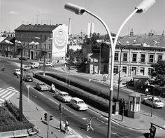 Mierové námestie (Hodžovo nám.) 1975. Vpravo vychádzajú autá ešte z plnohodnotnej Poštovej ulice. :-) Bratislava, Old Photos, Building, Travel, Ulice, Times, Nostalgia, Retro, Old Pictures