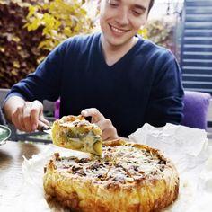 Verwarm de oven voor op 200°C. Kook de spruitjes met zout 5 minuten. Giet ze af en spoel er koud water over. Laat goed uitlekken. Halveer de grotere spruiten. Bekleed de vorm met de deegplakjes. Druk de deegranden goed op elkaar en prik de deegbodem hier en daar in met een vork. Verdeel de helft van de geraspte kaas over de deegbodem. Verdeel de spruitjes en uiringen erover. Klop de eieren los met de melk, zout, peper, nootmuskaat en de rest van de kaas. Giet dit mengsel over de groenten…
