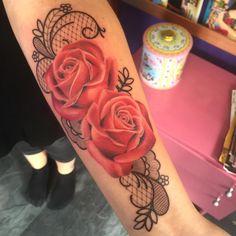 """86 Gostos, 14 Comentários - Josephine van de Beld (@clairobscura) no Instagram: """"Van vandaag. #tattoo #clairobscura #groningen #ladytattooer #ladytattooers #instatattoo #roses…"""""""