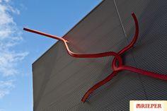 """""""Kunst am Bau"""" von Künstler Lawrence Weiner an der Mühle in Südtirol der Firma Rieper.  """"Opera d'arte"""" dell'artista newyorkese Lawrence Weiner."""