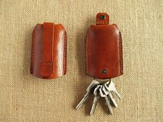 This key holder is made from hand finished vegetable tanned leather that we have treat ourselves with traditional methods using natural dyes. The leather has also natural oils and beeswax to protect it. its an Eco-friendly and premium leather, without any chemicals. It´s a practical,