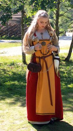 Viking dress. This is the effect I will be going for when I use that red fabric as an apron dress, using a different color under dress and and probably a front cloth at times.