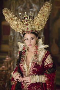 *Rouge cramoisi  « Les Frères Grimm », La Reine Sorcière, costume royal, toutes scènes avec la reine  Costume Design : Gabriella Pescucci
