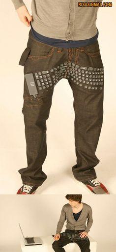 Prácticos pantalones-teclado o teclado con pantalones. Ahora, no sé yo si el estar dándole muchas veces a la tecla ENTER puede producir daños colaterales…    visto en http://bit.ly/xAHG29