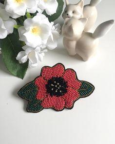 Продолжаю экспериментировать с маками❤️🌺 цветок из японского бисера, изнанка - красная экозамша, качественная японская застежка - не царапает и не делает затяжек на ткани 👌