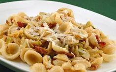 Pasta con fichi e prosciutto - La ricetta della pasta con fichi e prosciutto è un primo piatto autunnale da preparare in poco tempo.